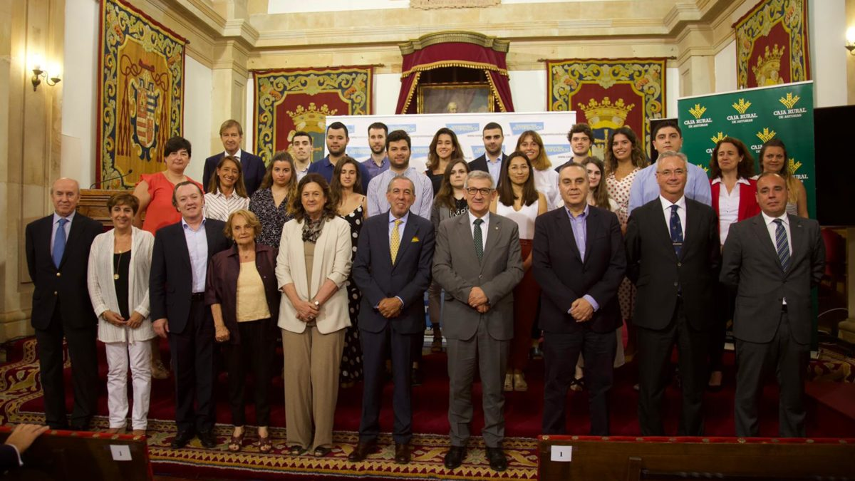 Entrega diplomas becas mentoring Compromiso Asturias XXI